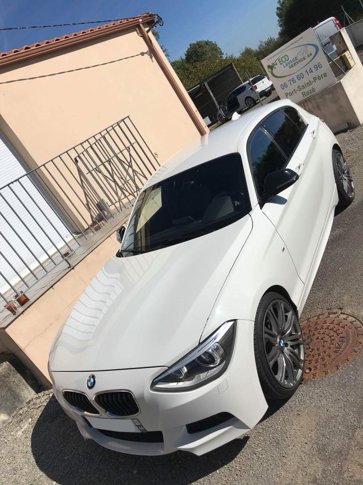Voiture BMW blanche lavée