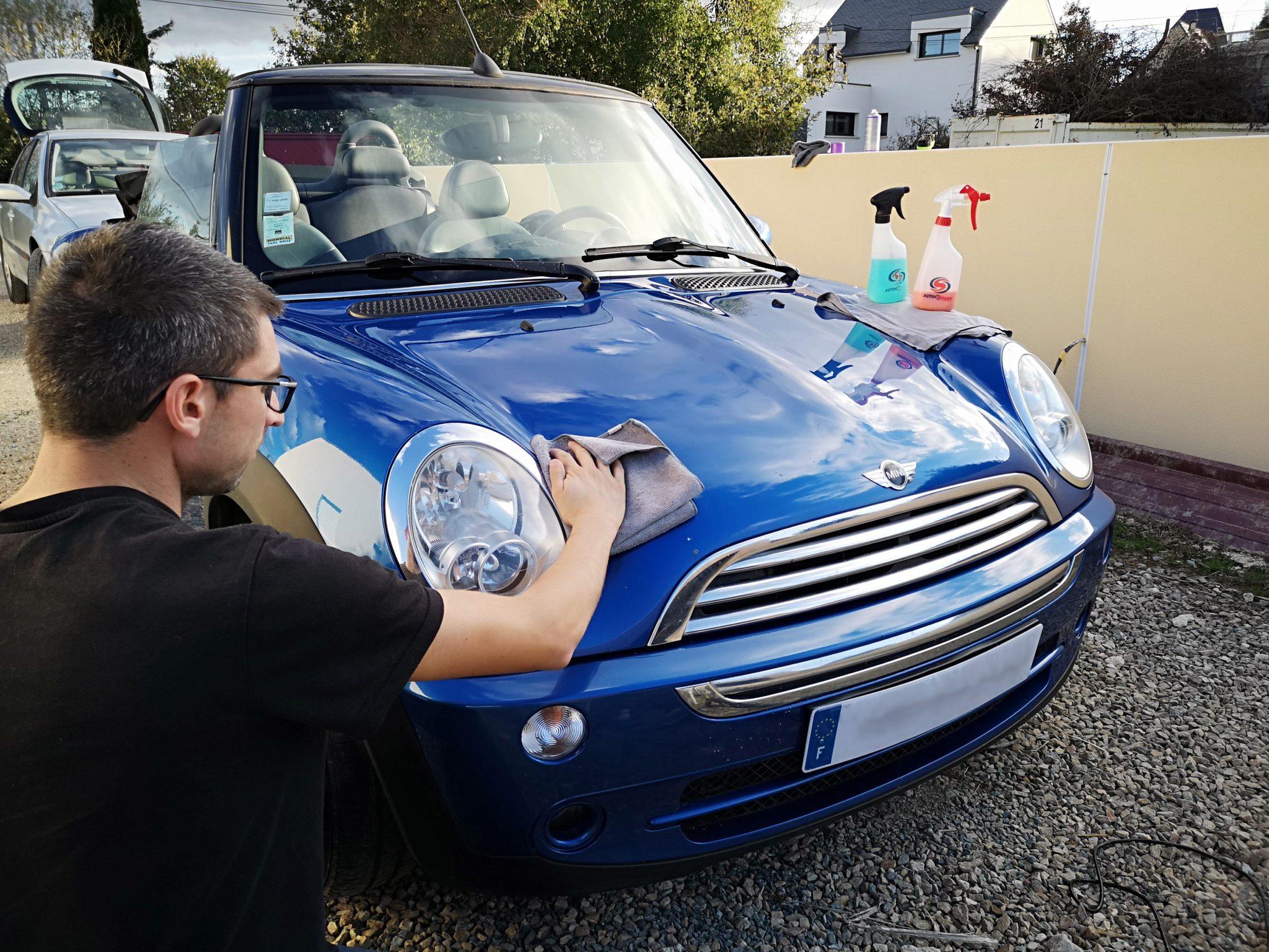 Anthony lave une voiture bleu.