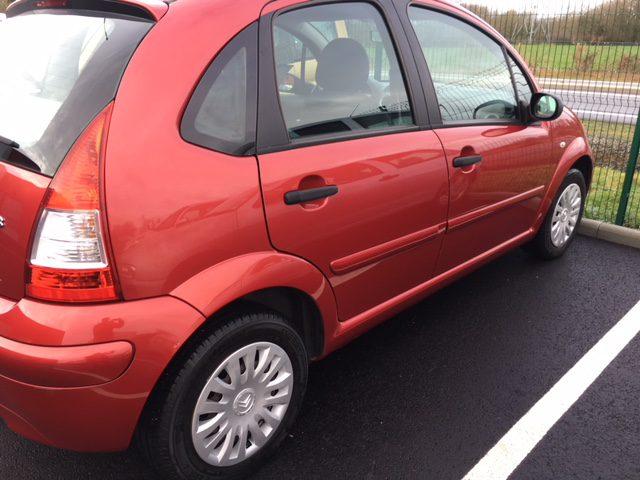 Vue de côté d'une Citroën C3 lavée