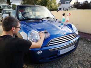 Anthony gérant de l'entreprise Els44 qui lave une voiture.